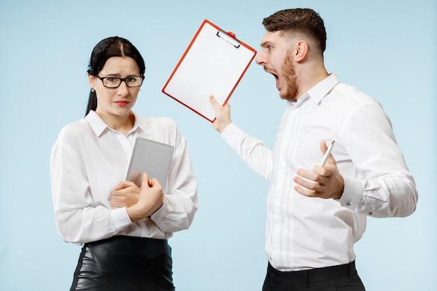 Capo arrabbiato. l'uomo e la sua segretaria in piedi in ufficio o in studio. uomo d'affari che grida al suo collega. concetto di relazioni di ufficio, emozioni umane Foto Gratuite