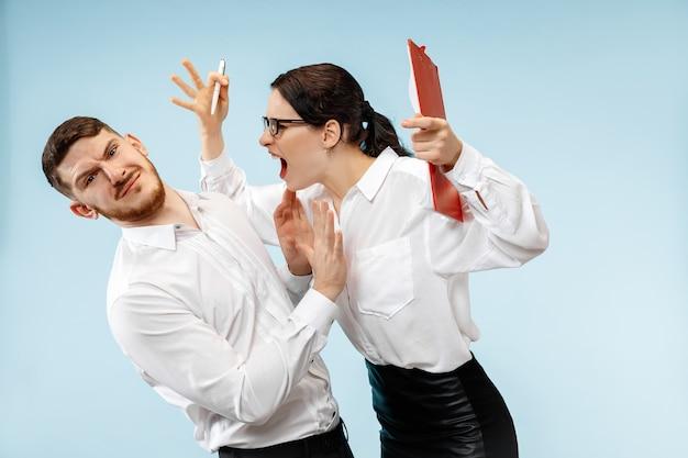 Capo arrabbiato. la donna e la sua segretaria in piedi in ufficio. imprenditrice urlando al suo collega. modelli caucasici femminili e maschili. concetto di relazioni di ufficio, emozioni umane Foto Gratuite