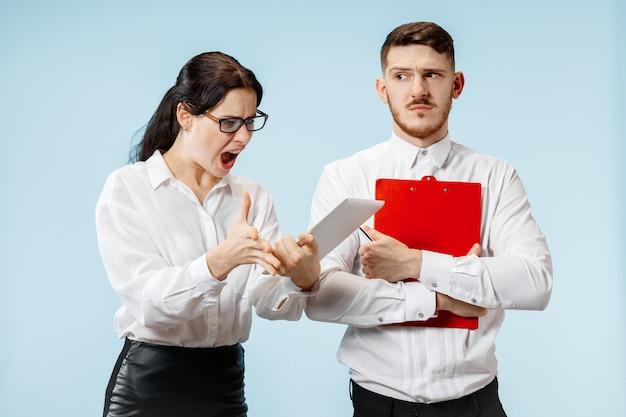 Capo arrabbiato. la donna e la sua segretaria in piedi in ufficio o. imprenditrice urlando al suo collega. modelli caucasici femminili e maschili. concetto di relazioni di ufficio, emozioni umane Foto Gratuite