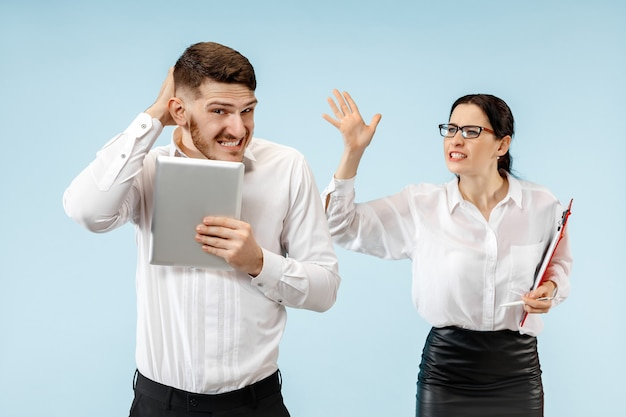 Capo arrabbiato. la donna e la sua segretaria in piedi in ufficio o in studio. imprenditrice urlando al suo collega. modelli caucasici femminili e maschili. concetto di relazioni di ufficio, emozioni umane Foto Gratuite