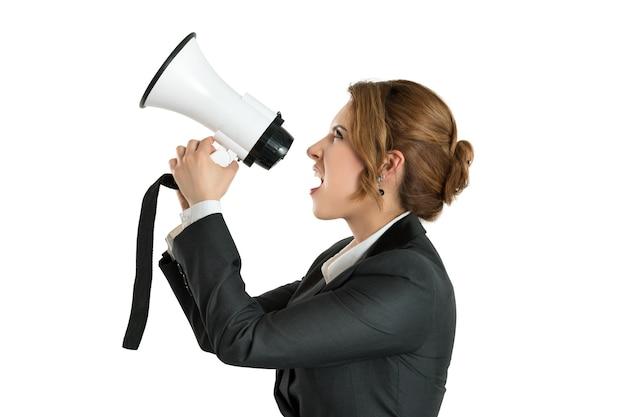 メガホンで叫んでいる怒っているビジネスウーマン Premium写真