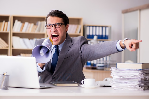 オフィスで働く怒っているビジネスマン Premium写真