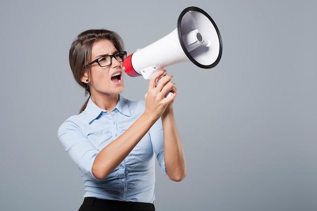 非常に大声で叫んで怒っている実業家 無料写真