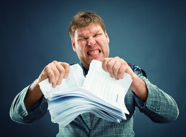 Злой человек вырывает бумагу Premium Фотографии