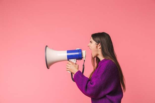 스피커에서 소리, 핑크 이상 격리 서 스웨터를 입고 화가 어린 소녀 프리미엄 사진