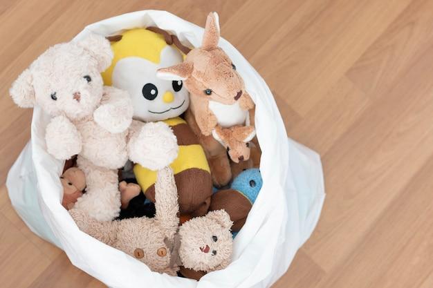 Кукла животных в белой сумке Premium Фотографии