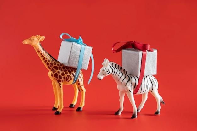 現在の箱を運ぶ動物のおもちゃ 無料写真