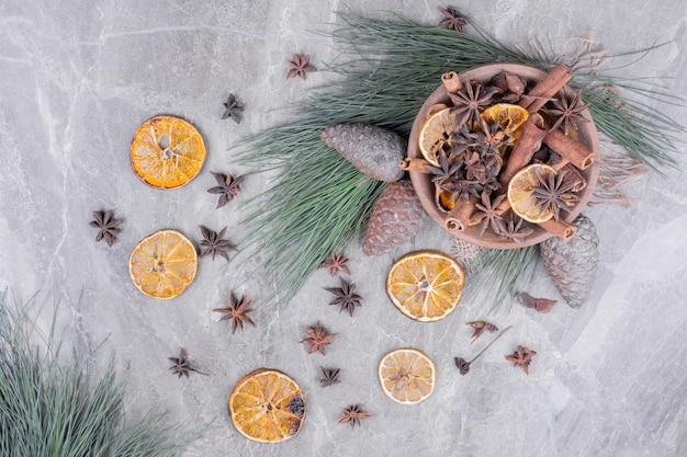 木製のカップにオレンジスライスとアニスとシナモン 無料写真