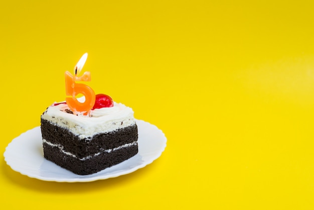 Anniversary cake with the number 5 lighted candles happy birthday cake on color background Premium Photo