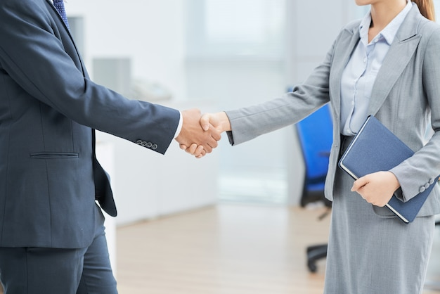Anonymous business people shaking hands Free Photo