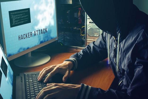 匿名のハッカーは暗闇の中で顔を見せず、アクセスを壊します Premium写真
