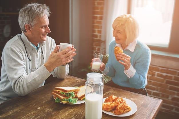 Еще один снимок природы стариков, сидящих на кухне Premium Фотографии