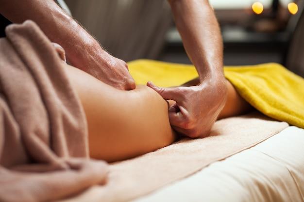 Massagem anti celulite em um spa de luxo Foto gratuita