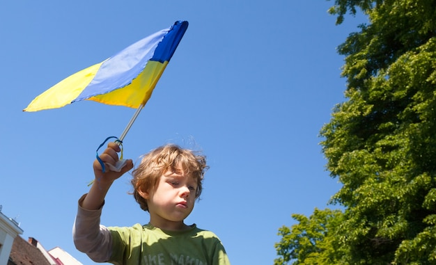 Антипутинская демонстрация в поддержку единства украины и прекращения российской агрессии против украины. Premium Фотографии