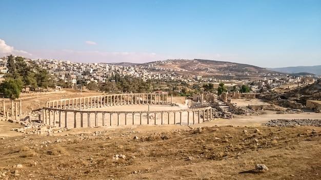 Античный археологический памятник в солнечный день Premium Фотографии