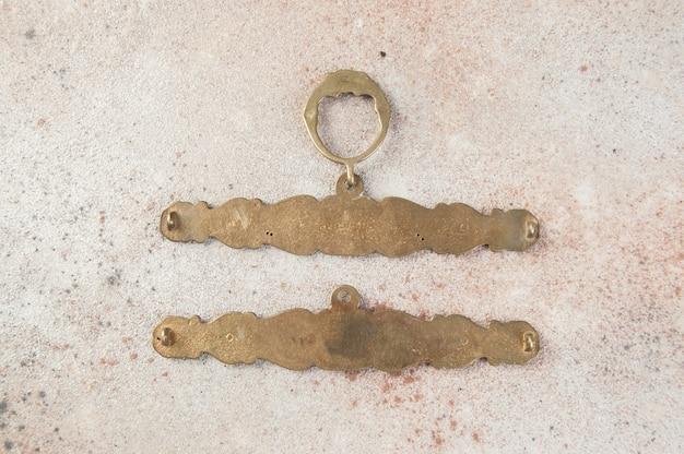 Антикварные бронзовые настенные держатели для вышивания по бетону Premium Фотографии