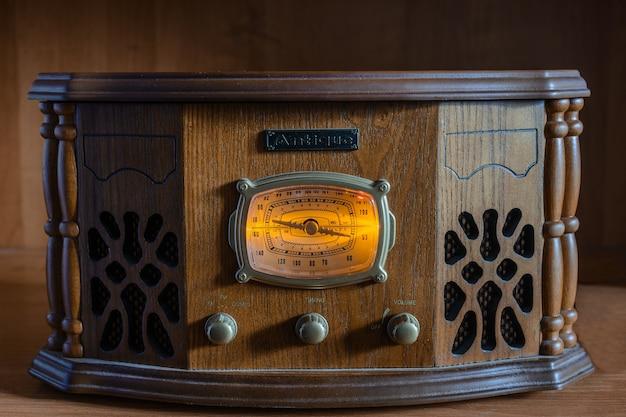 木製のヴィンテージの背景にアンティークラジオ Premium写真
