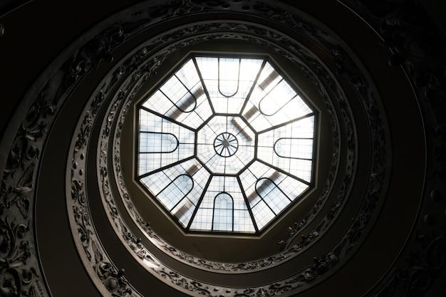 イタリア、ローマのバチカン美術館のアンティークのらせん階段とガラスの天井 無料写真