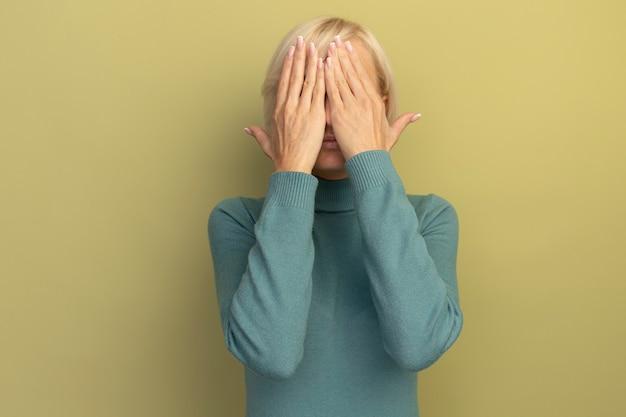 気になるかなり金髪のスラブ女性が孤立した手で顔を覆う 無料写真