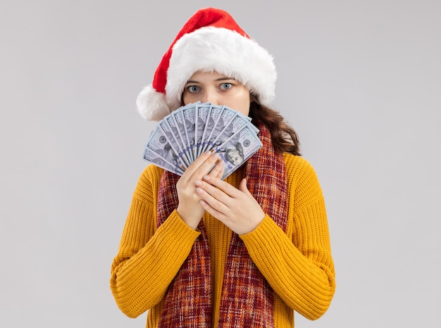 산타 모자와 돈을 들고 목에 스카프와 불안 어린 슬라브 소녀 무료 사진