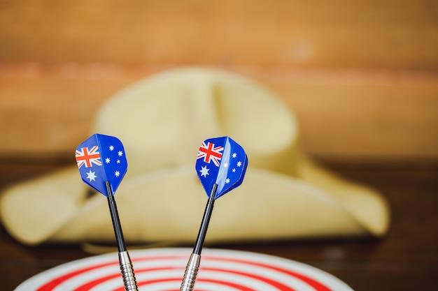 Анзак армии сутуля шляпу с австралийским флагом на фоне старинных деревьев Premium Фотографии