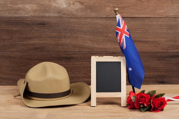 Анзакская армейская сутульная шляпа с австралийским флагом на урожай Premium Фотографии