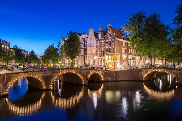Apartment along keizersgracht canal in amsterdam city at netherl Premium Photo