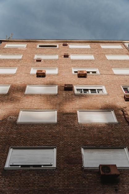Condominio in città con unità di condizionamento Foto Gratuite