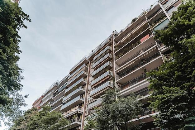 Condominio in città con vegetazione Foto Gratuite