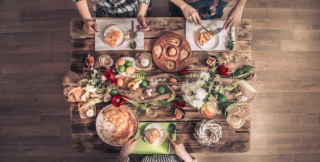 Квартира-праздник друзей или семьи за праздничным столом с мясом кролика, овощами, пирогами, яйцами, видом сверху. Бесплатные Фотографии