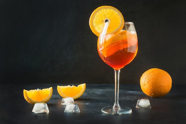 Классический итальянский коктейль aperol spritz на темные. Premium Фотографии