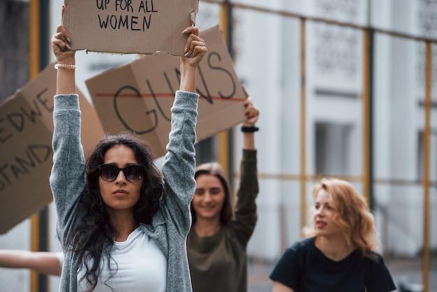 Обращение к исполнителю. группа женщин-феминисток протестует за свои права на открытом воздухе Бесплатные Фотографии