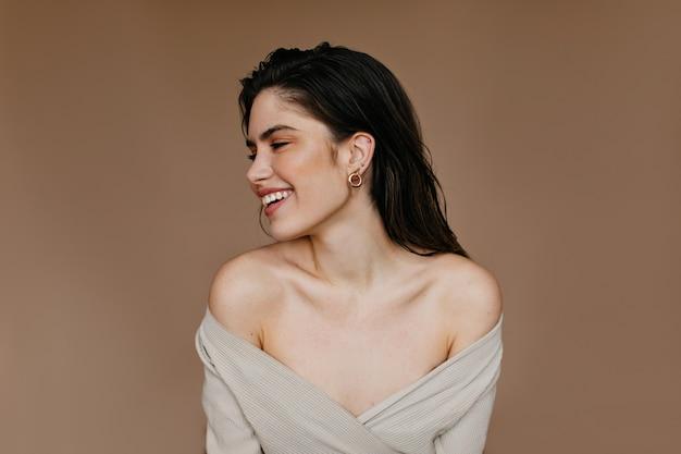 웃 고 매력적인 여자입니다. 검은 머리를 가진 행복한 여성 모델의 실내 사진. 무료 사진