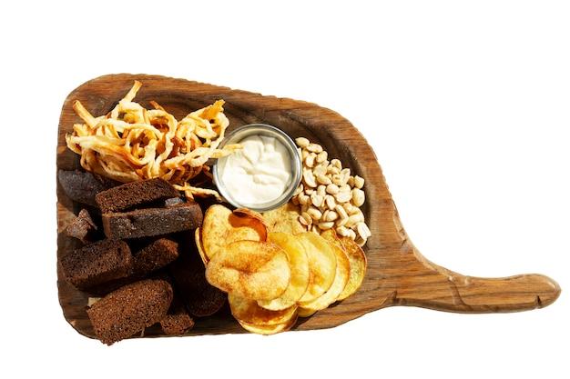 Аппетитные пивные закуски на деревянной доске Premium Фотографии