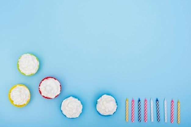 食欲をそそるケーキと青色の背景にキャンドル 無料写真