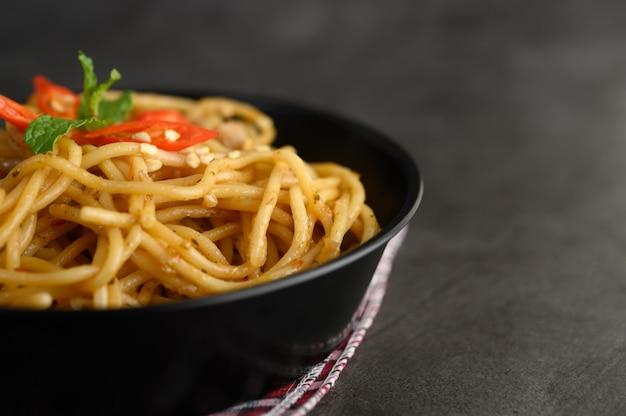 Appetizing spaghetti italian pasta with tomato sauce Free Photo