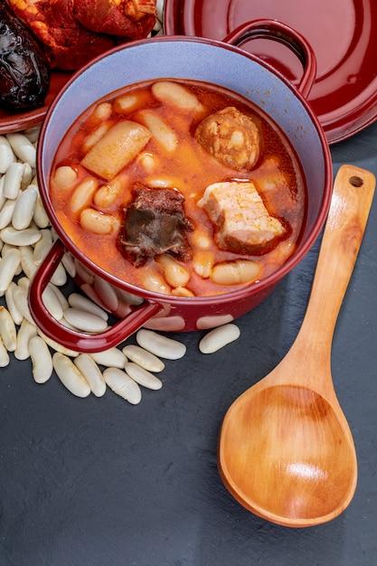 Аппетитная ложка блюдо. астурийская фабада, типичное блюдо астурии (испания). Premium Фотографии