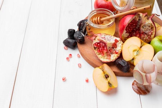 Apple and honey, traditional food of jewish new year - rosh hashana. Premium Photo
