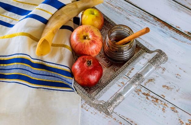 Яблоко, гранат и мед еврейского новогоднего праздника рош ха-шана Premium Фотографии