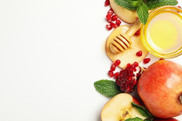 Яблоко, гранат и мед на белом. домашнее лечение Premium Фотографии