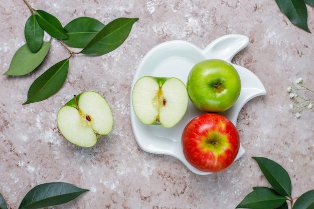 Печенье из яблочного слоеного теста в форме яблока со свежими яблоками Бесплатные Фотографии