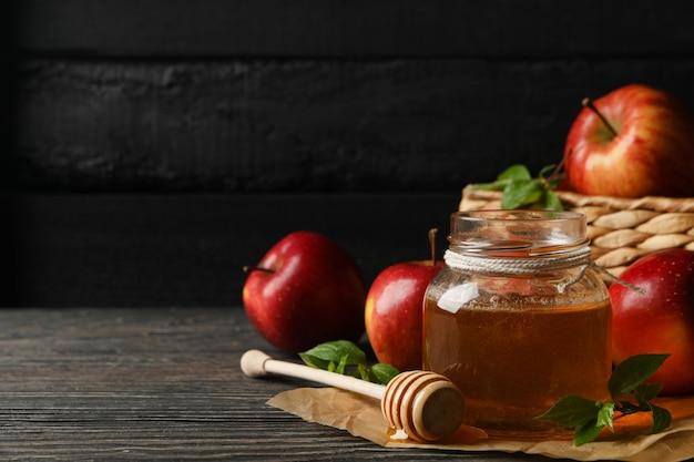Яблоки и мед на дереве, место для текста Premium Фотографии