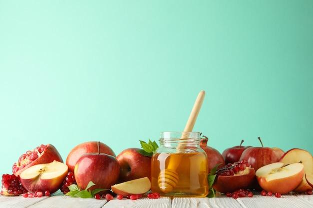 Яблоки, гранат и мед против мяты, место для текста Premium Фотографии