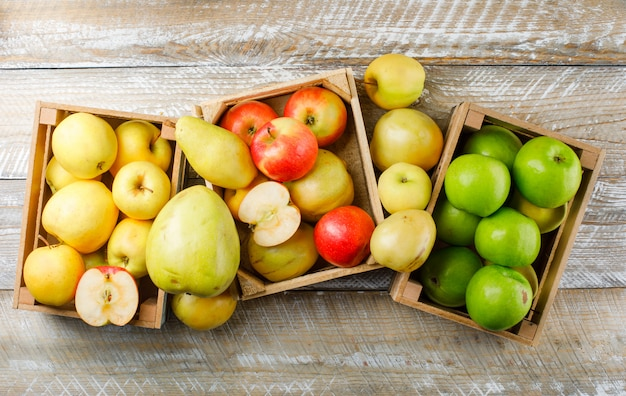 Яблоки сорта с грушами в деревянных ящиках на деревянных Бесплатные Фотографии