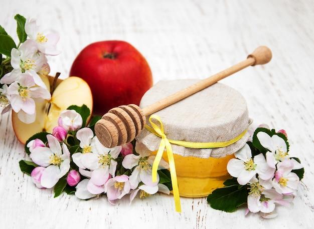Apples with honey Premium Photo