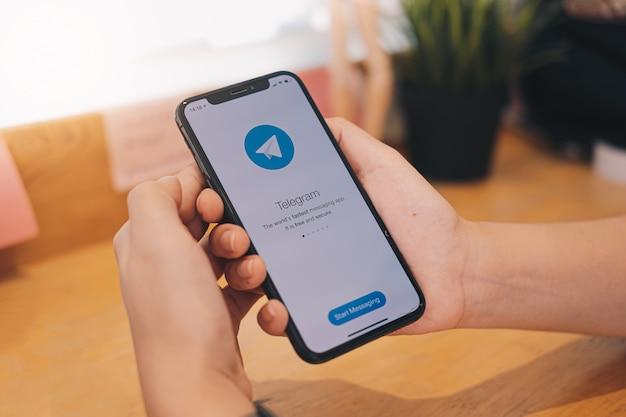 Приложение на телефоне в руке Premium Фотографии