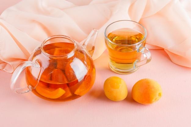 Абрикосовый чай с абрикосами в чайнике и кружка, вид сверху. Бесплатные Фотографии