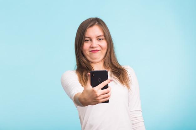만우절 개념-바보 미친 여자 만들기 셀카. 행복한 표정 프리미엄 사진