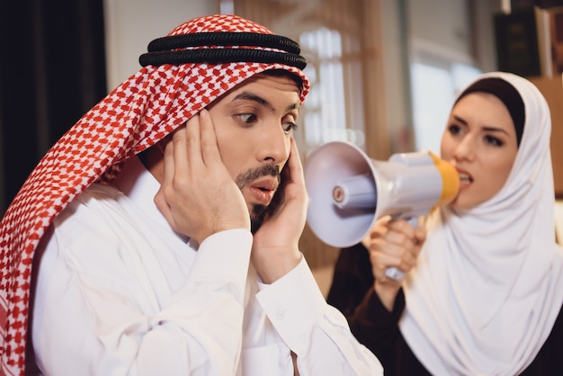 Arab wife at reception of therapist screams Premium Photo