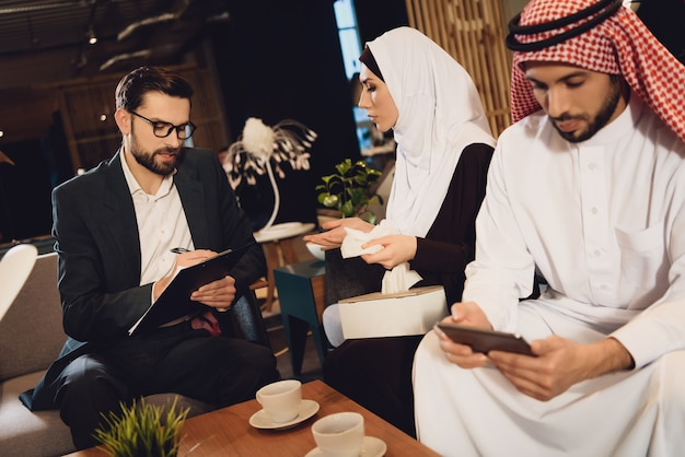 Arab woman answers questions of psychologist. Premium Photo